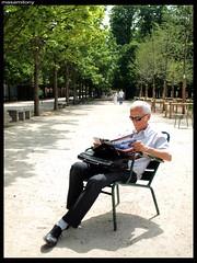 Observateur (masamitony) Tags: park man paris france magazine reading