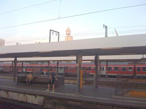 Bahnhof Frankfurt Süd mit Henninger-Turm