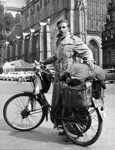Wereldreiziger vóór vertrek / Globe-trotter Willink with his overloaded moped by Nationaal Archief