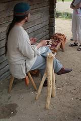 Löffelschnitzer Steffen Jost am Haus des Fischers in Haithabu - Wikinger Museum WHH 11-07-2010