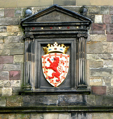 Lion Crest at Edinburgh Castle (Colorado Sands) Tags: uk greatbritain red castle emblem scotland edinburgh heraldry coatofarms arms edinburghcastle symbol unitedkingdom britain stonework lion cities royal escocia shield fortress symbolic esccia lothian redlion schottland scozia cosse cityofedinburgh sandraleidholdt lioncrest southeastscotland kingdomofscotland leidholdt sandyleidholdt southeasternscotland
