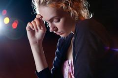 [フリー画像] 人物, 女性, 俯く, 目を閉じる, 201008310300