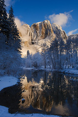 Upper Yosemite Falls, Yosemite National Park, California, USA (Xindaan) Tags: california morning blue schnee sky usa white mist mountain snow reflection tree nature water berg yellow forest sunrise river landscape geotagged dawn us waterfall nikon scenery wasser unitedstates wasserfall natur wolke wolken merced bosque yosemite granite yosemitenationalpark dmmerung blau nikkor sierranevada fluss landschaft wald reflexion sonnenaufgang f11 morgen baum fort yosemitevalley 2010 bosco mercedriver foresta wolkig d300 yosemitevillage sidelight swingingbridge granit weis 22mm upperyosemitefall 1685 flus streiflicht seitenlicht platinumheartaward 1685mm nikkorafs1685mmf3556gvr afs1685mmf3556gvr afs1685mm mygearandme mygearandmepremium