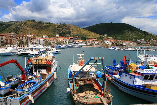 Barche nel caratteristico porto di Acciaroli nel Cilento in Campania