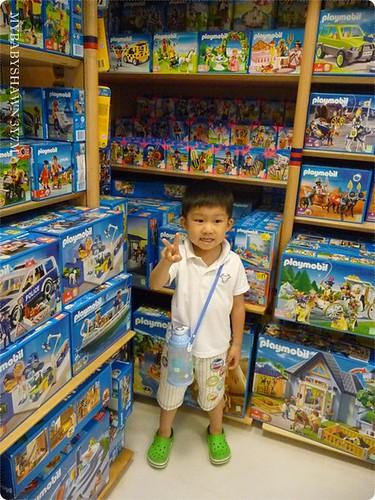 翔說以後長大要買這些,幫他拍照留念~