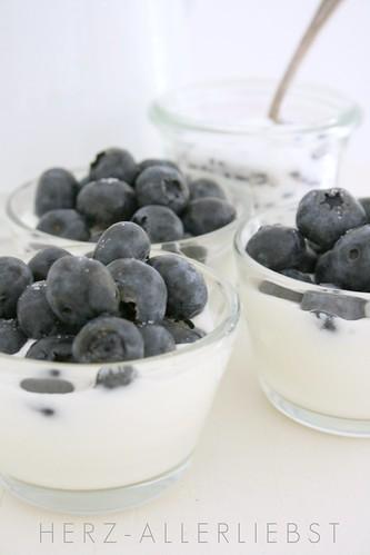 Joghurt mit Heidelbeeren und Lavendelzucker