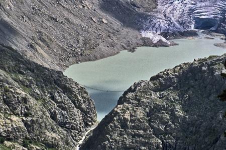 特里弗特冰川融冰形成的湖〈攝於2006年〉