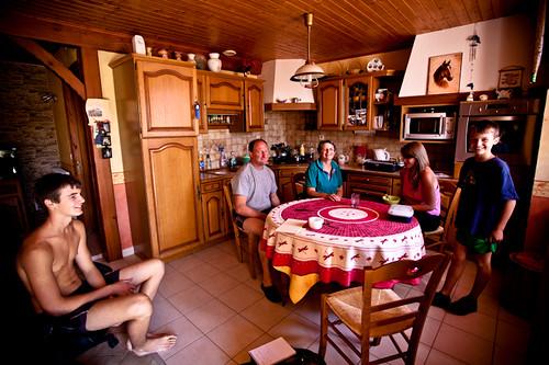 Marc, Paulette Ramel et leurs trois enfants autour de la table dans leur cuisine.