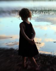 [フリー画像] 人物, 子供, 少女・女の子, 後ろ姿, 201008110500