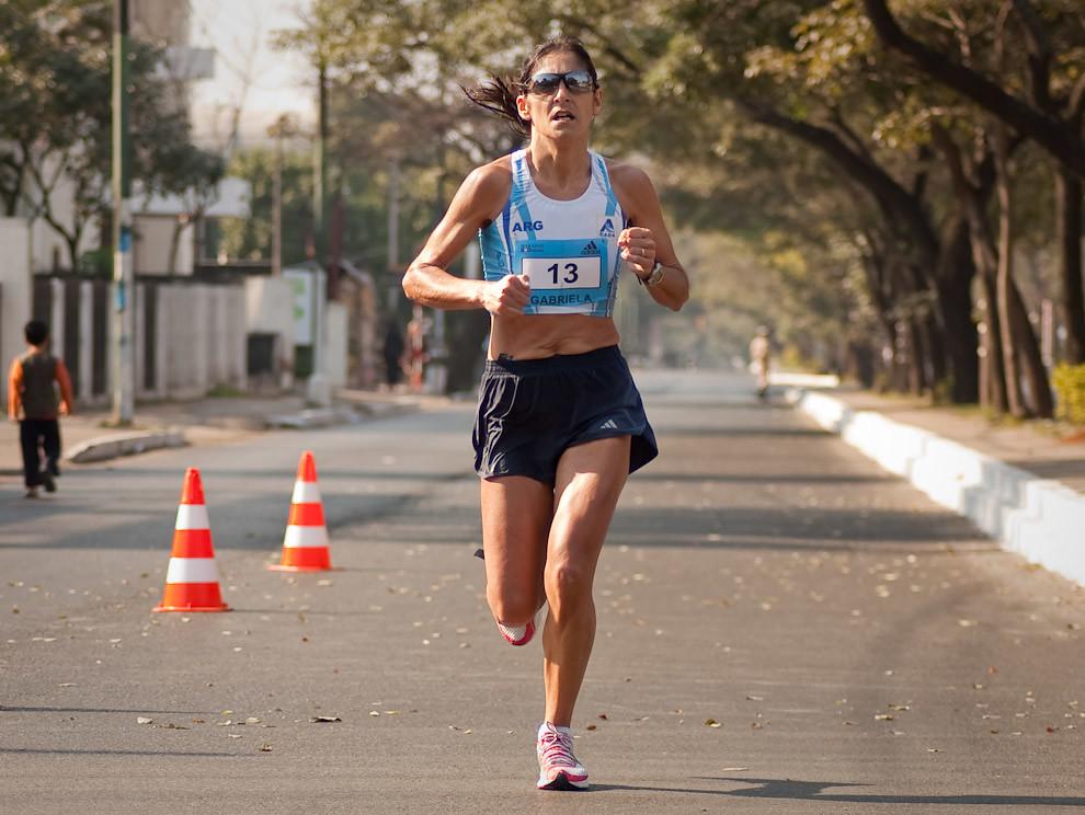La Argentina Gabriela Almada avanza sobre Mcal López a la altura de la Municipalidad de Asunción rumbo a su primera posición en la categoría 42km femenino. (Elton Núñez - Asunción, Paraguay)