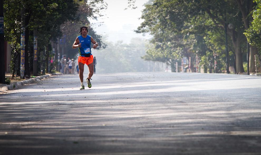 Eduardo Fraire participante de la categoria Especial de 21km avanzando sobre la Avda Mcal Lopez a la altura de Mburuvicha Roga haciendo un total de 03:17:35. (Tetsu Espósito - Asunción, Paraguay)