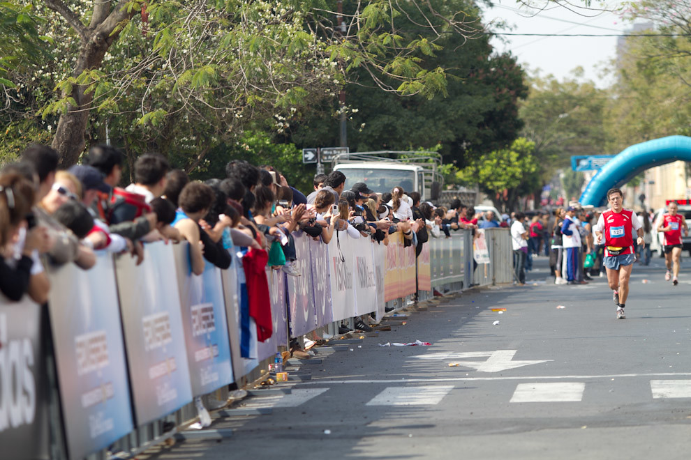 El público Paraguayo alienta a los competidores de la categoria 42km en la ultima fase de la carrera.  (Tetsu Espósito - Asunción, Paraguay)