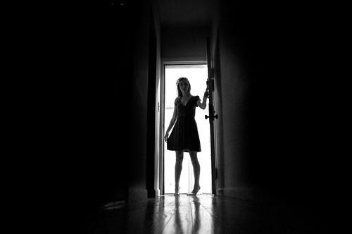 [フリー画像] 人物, 女性, 人と風景, モノクロ写真, 201008121500