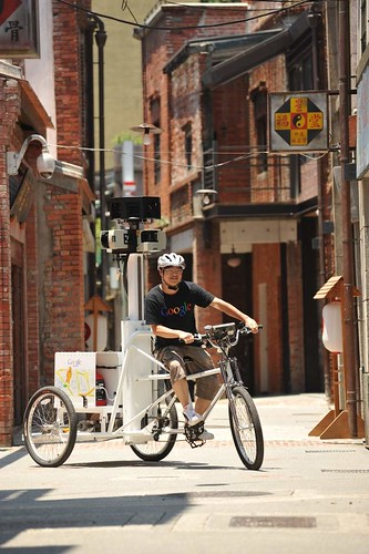 Google台灣街景服務計畫主持人羅永杰從騎著街景三輪車入場