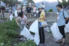 你一袋我一袋,地球永續下一代。參與生態工作假期的志工,率先動手協助清理環境
