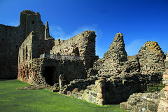 Tantallon Castle (Little Boffin (PeterEdin)) Tags: slr castle stone wall canon buildings army eos rebel coast scotland ancient sandstone war fort citadel battle historic coastal stonewall dslr fortification chateau stronghold fortress canoneos singlelensrefl