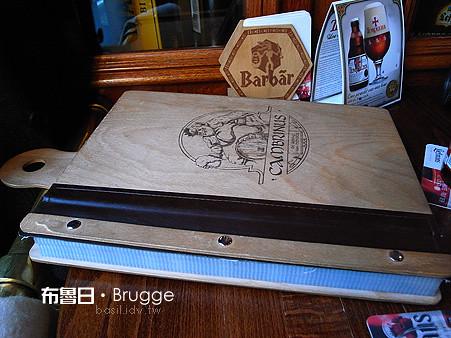 比桌面還大,又厚又重的比利時啤酒酒單