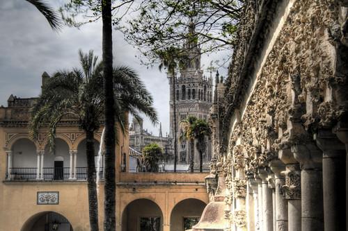 Grutesco gallery and Giralda. Seville. Galería de Grutesco y giralda. Sevilla.