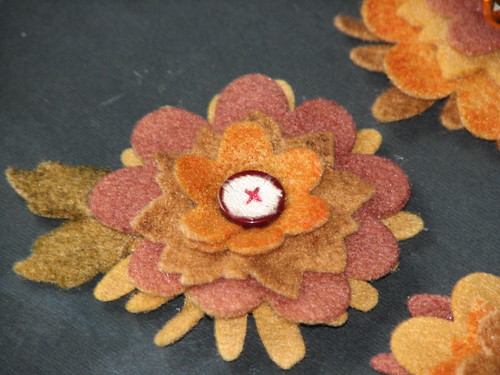 autumn felt flower pin 010