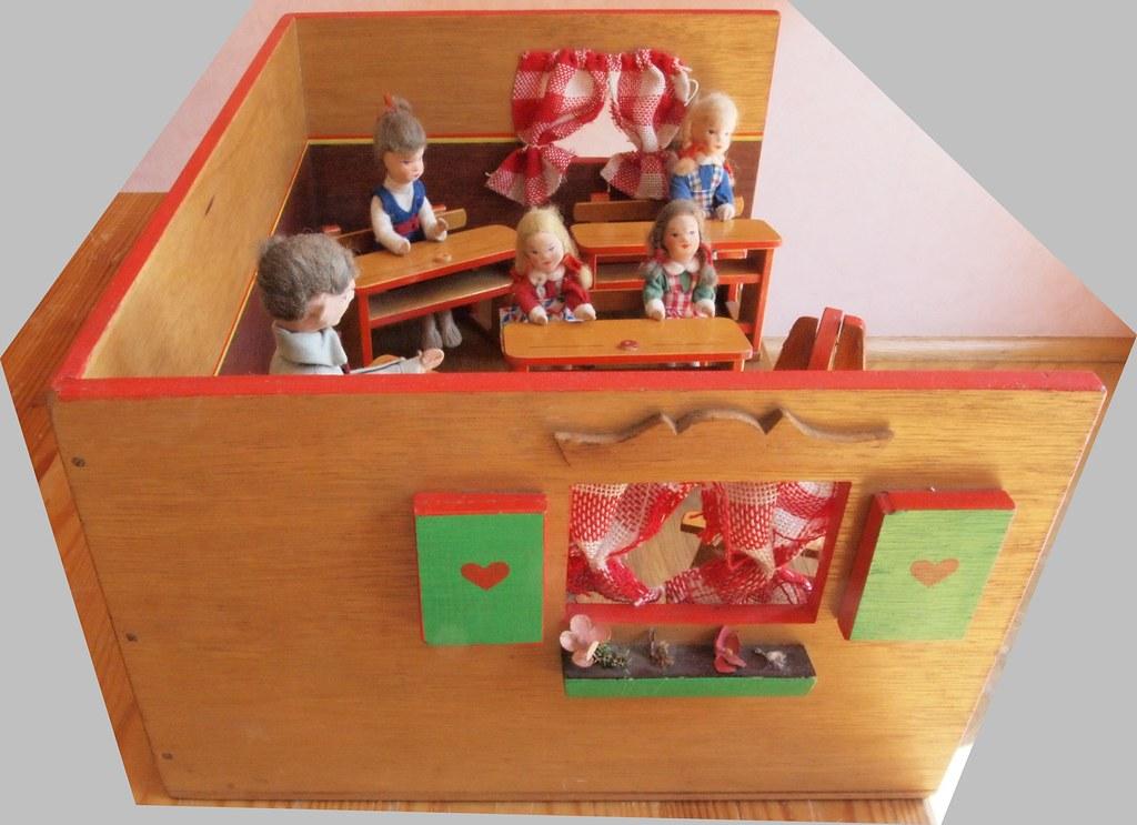 50s school room with Erna Meyer dolls - window