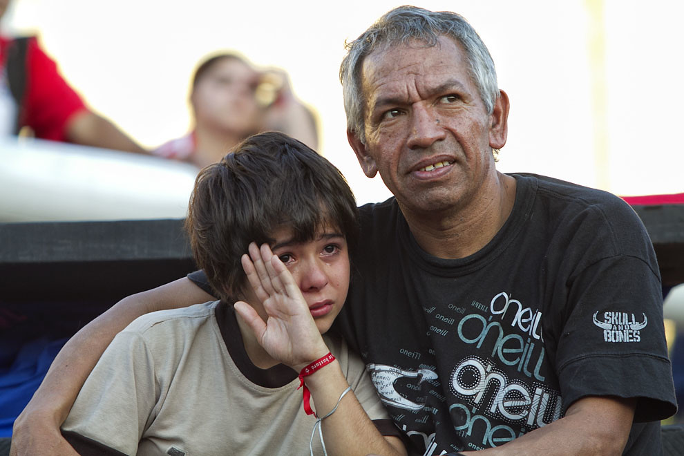 Un padre consuela a su hijo, tras la derrota de la Albirroja frente a España. (Tetsu Espósito, Asunción, Paraguay)