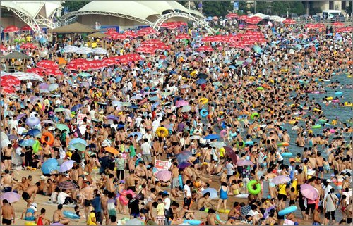 crowded_beach_china_10