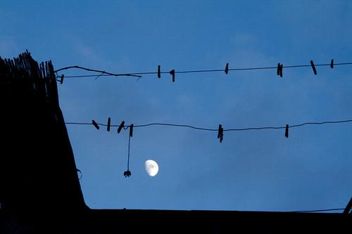 Clothespins and moon. Pinzas y luna