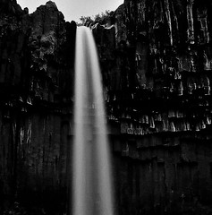 Svartifoss, Skaftafell (@PAkDocK / www.pakdock.com) Tags: ocean trip travel iris light sunset sea bw panorama cloud naturaleza sun white black cold art fall film tourism luz sol window nature water sunrise landscape geotagged outdoors photography waterfall iceland islandia dock agua nikon scenery long exposure mood view dynamic south country north paisaje running falls amanecer midnight geology gps paysage landschaft artic arco ilford minimalist breathtaking catarata sland midnightsun pak icelandic cascada volcan northernmost skaftafell svartifoss magiclight eyjafjallajkull d90 medianoche lveldi pakdock