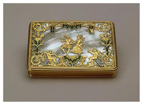 010-Caja de tabaco-oro nácar y esmaltes- Francia. Principios del siglo 18-Copyright ©2003 State Hermitage Museum
