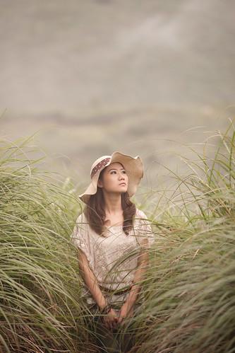 [フリー画像] 人物, 女性, アジア女性, 草原, 帽子・キャップ, 201008090900