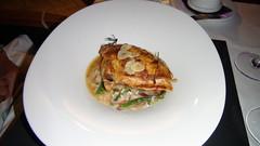 Pechuga de pollo payés ecológico al ajillo sobre risotto de chantarellas y berros de albahaca