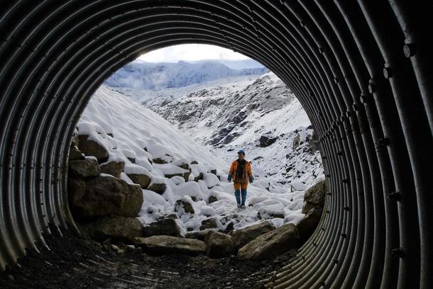 格林德瓦冰川融冰的疏洪隧道。圖片來源:dailylife