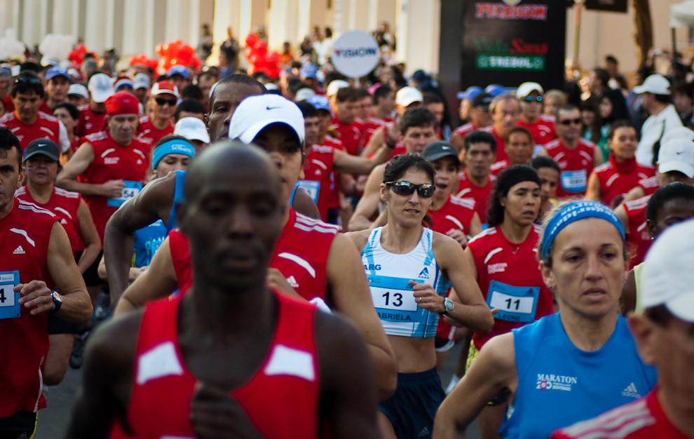 Momento de la largada, competidores con remera roja corresponden a la categoria de 42 kilometros, generalmente largan desde atrás y van ganando posiciones a lo largo de toda la carrera. (Elton Núñez - Asunción, Paraguay)