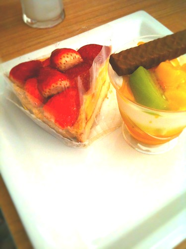 いちごのタルトとマンゴーカップ