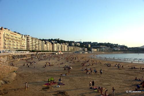 Playa de La Concha, San Sebastián by Rufino Lasaosa