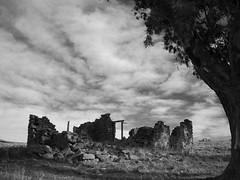 casi apocalptico (L-Lpez) Tags: sky bw abandoned stone puerta gimp sierra ruina ruinas pulperia cielo plugin abandonado apocalptico bwfilmsimulation filmkodakhim casiapocalptico