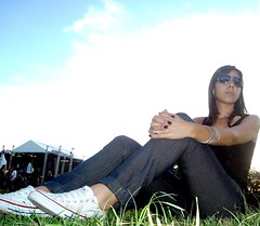A Depender de Mim (Michelle Falcone) Tags: blue sky woman sun verde green sol girl face grass azul person countryside pessoa mulher paisagem cu tennis event grama heat bracelet evento menina pulseira rosto calor tnis