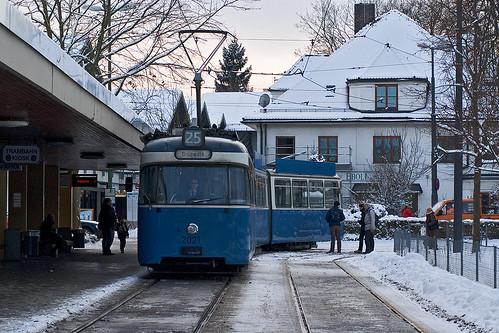 Zum Erstaunen der Grünwalder Fahrgäste biegt ein P-Wagen in die Endhaltestelle am Derbolfinger Platz ein