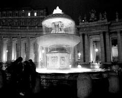 fontana di piazza San Pietro (mariarita.g) Tags: roma bn piazza acqua sanpietro fontana capodanno biancoenero acquabenecomune 112011
