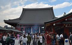 Kannondo Main Hall, Sensō-ji Temple (Kim Yokota) Tags: asakusa tokyo japan 2017 sensōjitemple buddhisttemple nikond7000 nikonafsnikkor24mmf14ged kannondomainhall people crowds giantlantern red
