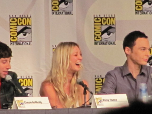 Comic-Con 2010 Kaley Cuoco Penny riendo panel