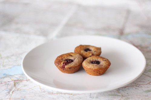 Red currant and blackberry mini cakes