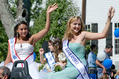 beauty queens (Peter M Lerman) Tags: america teenagers ct parade americana newtown smalltown labordayparade beautyqueens
