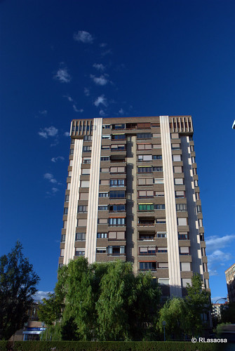 """Fachada de un edificio sobre la Avenida de Navarra, también conocida como """"La Variante""""."""