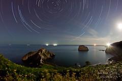 La noche de Eneperi (saki_axat) Tags: moon canon stars mar bizkaia euskalherria basquecountry bakio bermeo gaztelugatxe circumpolar 50d matxitxako starstrails aketxe