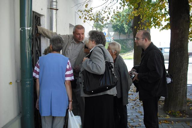 Віктар Кірэеў праводзіць экскурсію для гасцей з Уроцлава