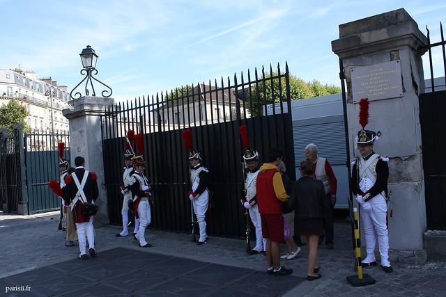 Grenadiers à l'entrée de l'Ecole Militaire
