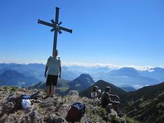 Stefan am Gipfelkreuz des Groen Traithen (xstevex22) Tags: 2010 wanderung vogelsang brnnstein kleinertraithen traithen rosengasse steilnerjoch himmelmoosalm grosertraithen