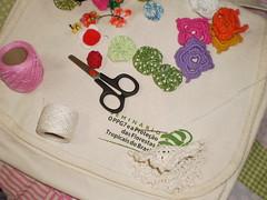 Primeiros passos da transformação (rosaestilosa) Tags: pano craft fuxico bolsa reciclagem reciclar croche costura retalho customizar customização transformar reaproveitar