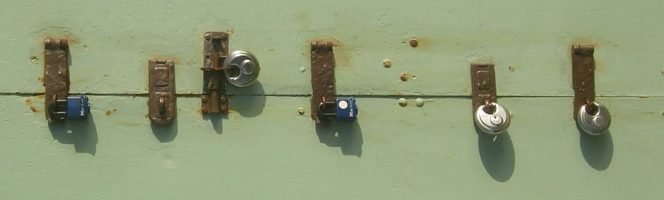 Fotografía de una puerta con un montón de candados